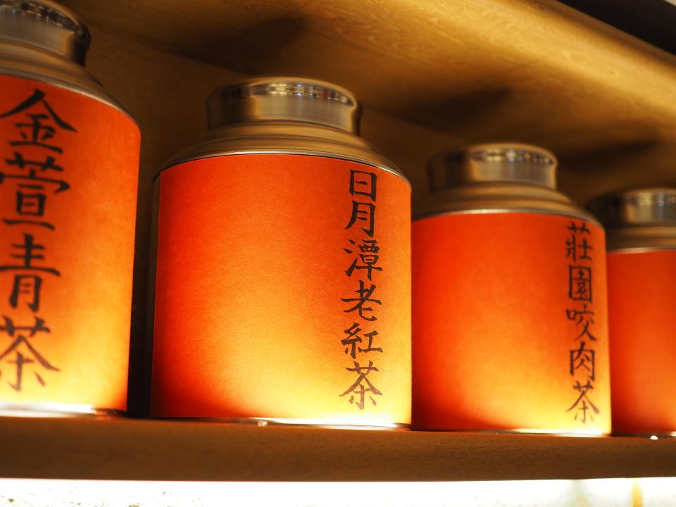 棚に並べられた紅茶の茶葉?@騒豆花(Sao Dou Hua)・ホワイティうめだ店
