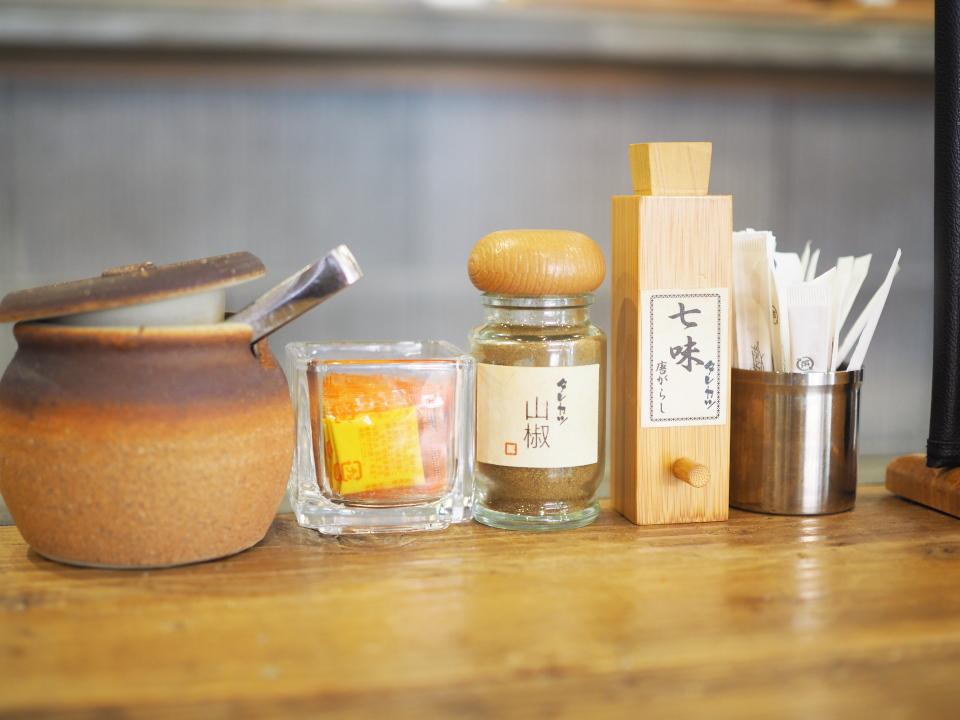 テーブルの薬味たち@新潟カツ丼・タレカツ・京都本店