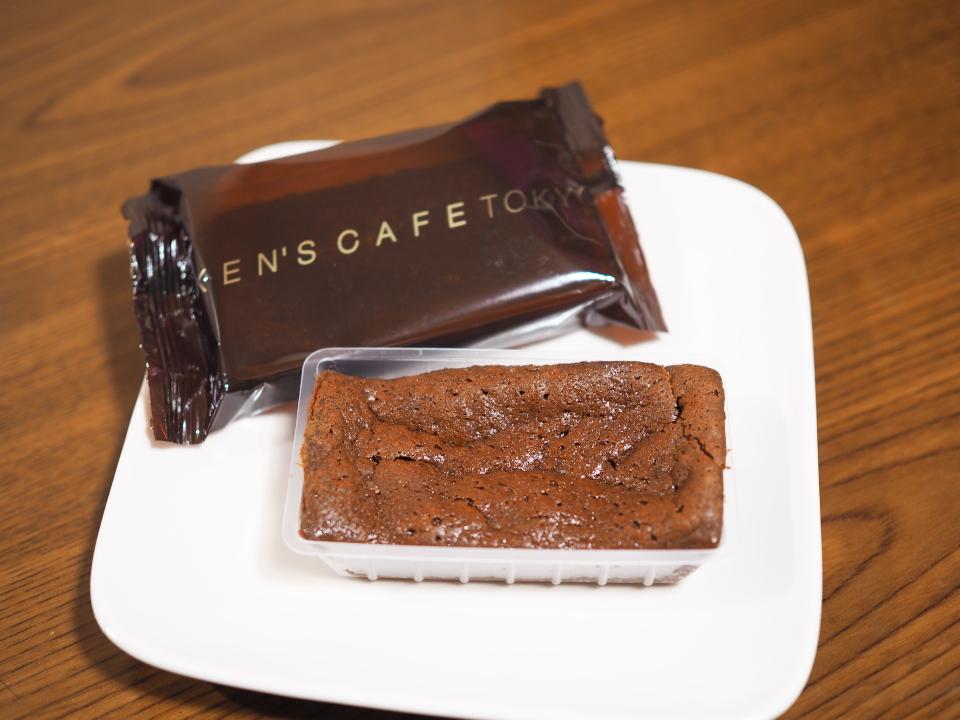 ガトーショコラを袋から出す@ケンズカフェ東京