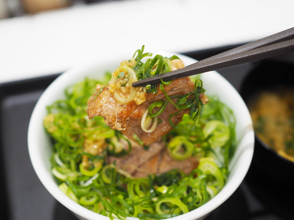さっぱり塩ダレが美味しい松屋のネギたっぷりネギ塩豚肩ロース丼