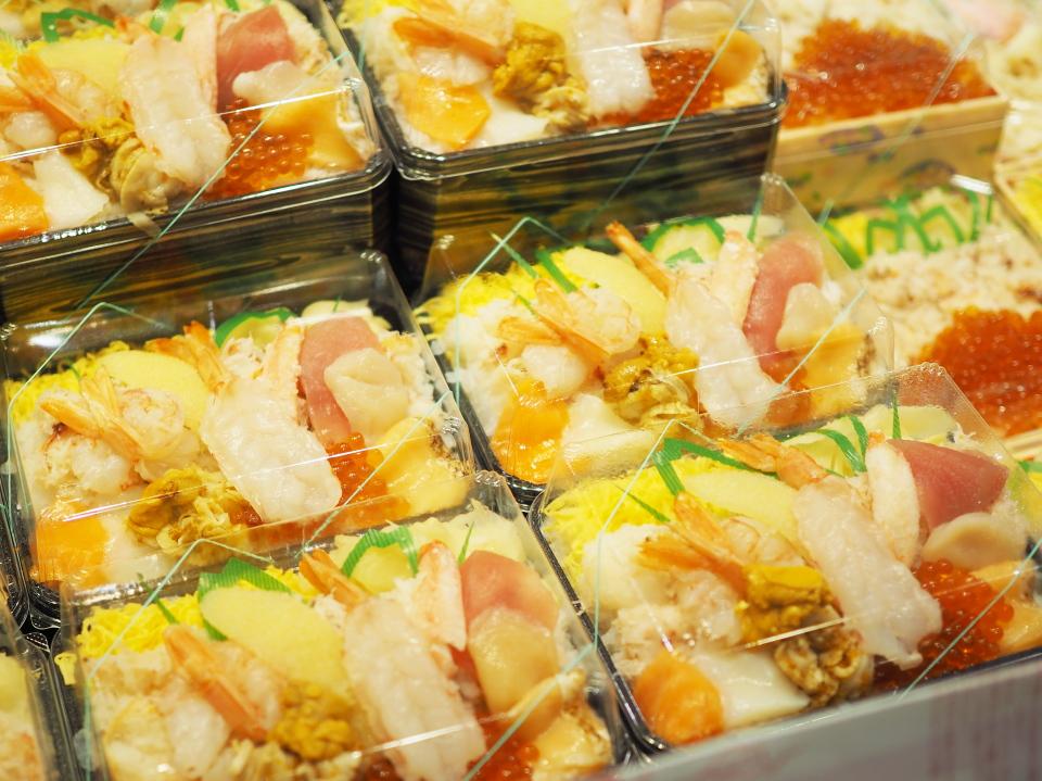 鮨・龍儀の海鮮12品盛り弁当が大陳列