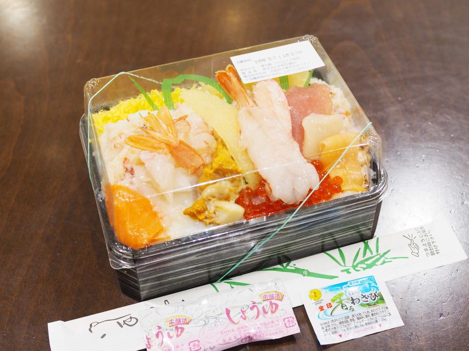 北海道の鮨・龍儀の海鮮12品盛り弁当の値段