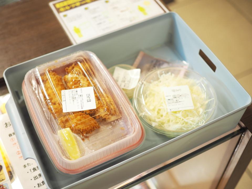 松のやのお弁当はお持ち帰りコーナーにてセルフで袋詰め