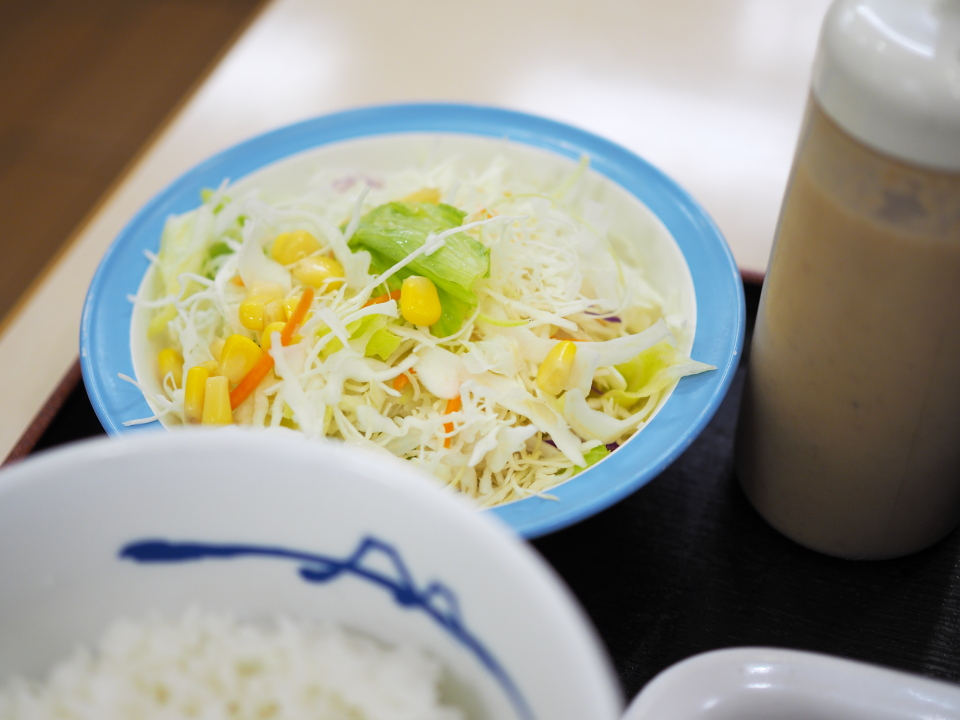 松屋の牛焼肉定食には生野菜付き