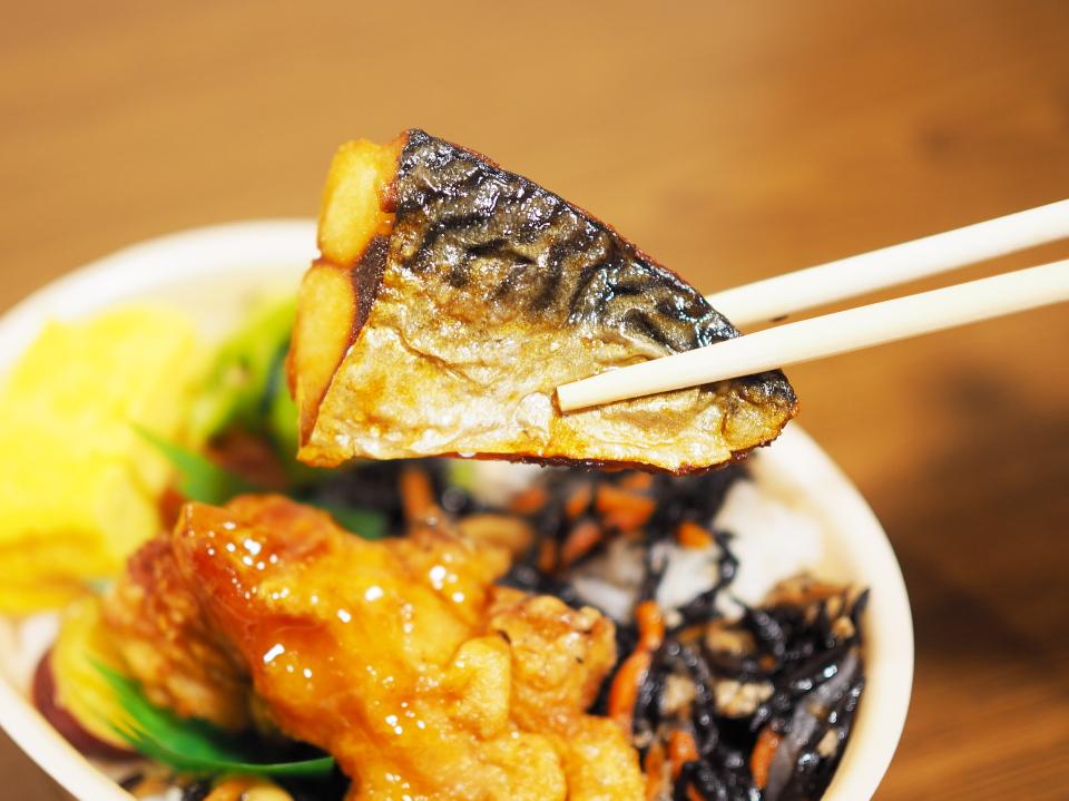 ほっともっとの彩・ひじき弁当の鯖の塩焼き