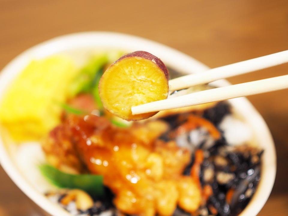 ほっともっとの彩・ひじき弁当のさつまいもの甘露煮