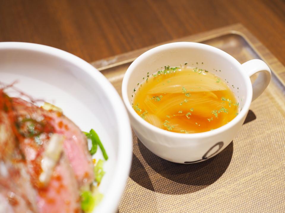 ビガール天満橋店のローストビーフ丼にはオニオンのスープも