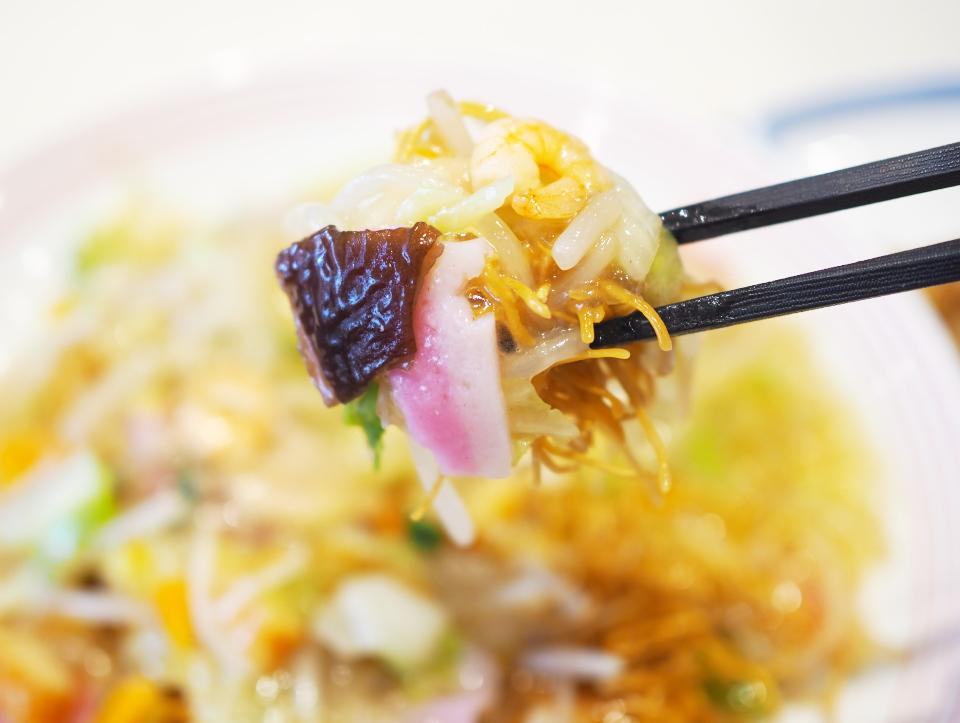リンガーハットの長崎皿うどんはエビ、きくらげ、かまぼこなど具沢山