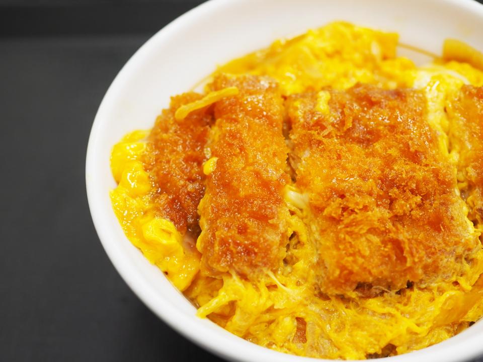 なか卯のカツ丼はふわふわの玉子が色鮮やかな黄色