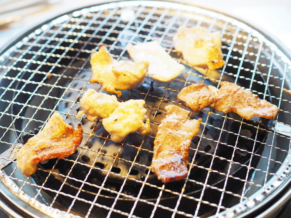 じゅうじゅうカルビ深江橋店は炭火とは違い、強弱を調整できるガスで焼きます