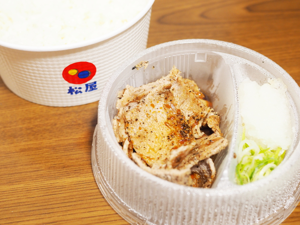 松屋の豚肩ロースの豚焼肉丼弁当はご飯とお肉が別容器