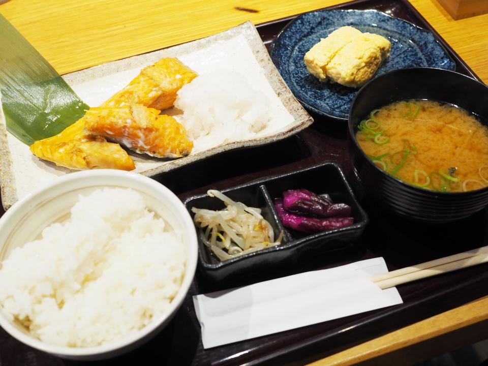 高井田の居酒屋・くし若まるのランチ・銀鮭かまと出し巻き定食
