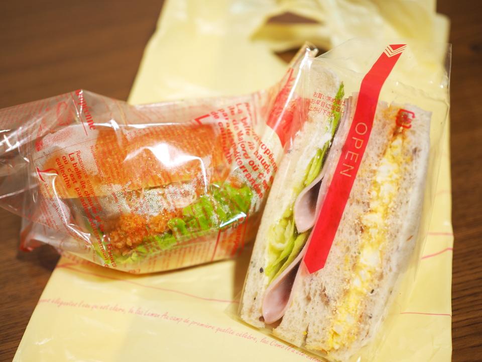 深江橋のパン屋・焼きたてパンのパンデヴーのサンドイッチとバーガー