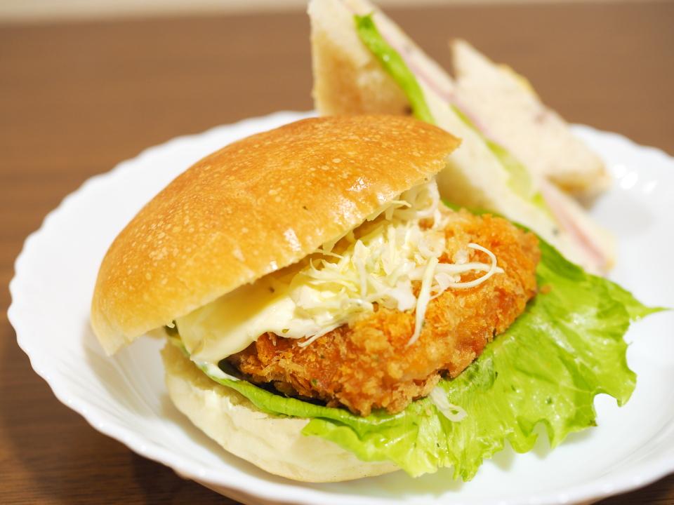 深江橋のパン屋・パンデヴーの白身魚バーガー
