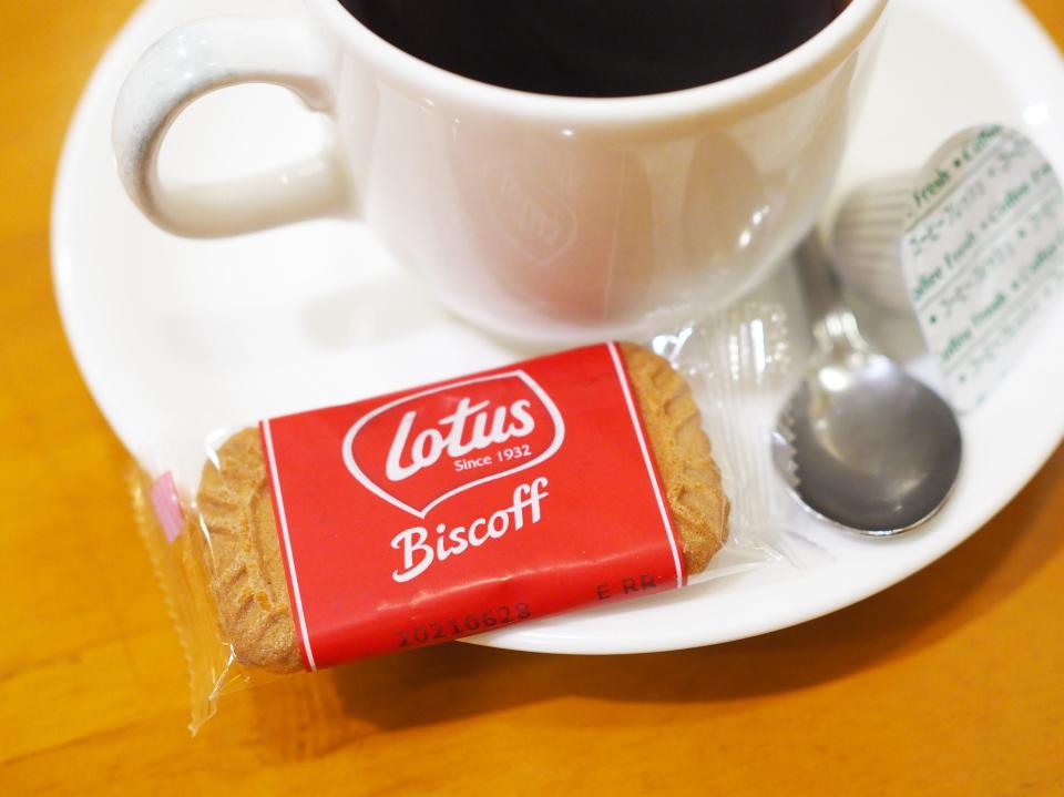 喫茶店・カフェ・ド・ルワンジュのコーヒーにビスケット・ロータス ビスコフが