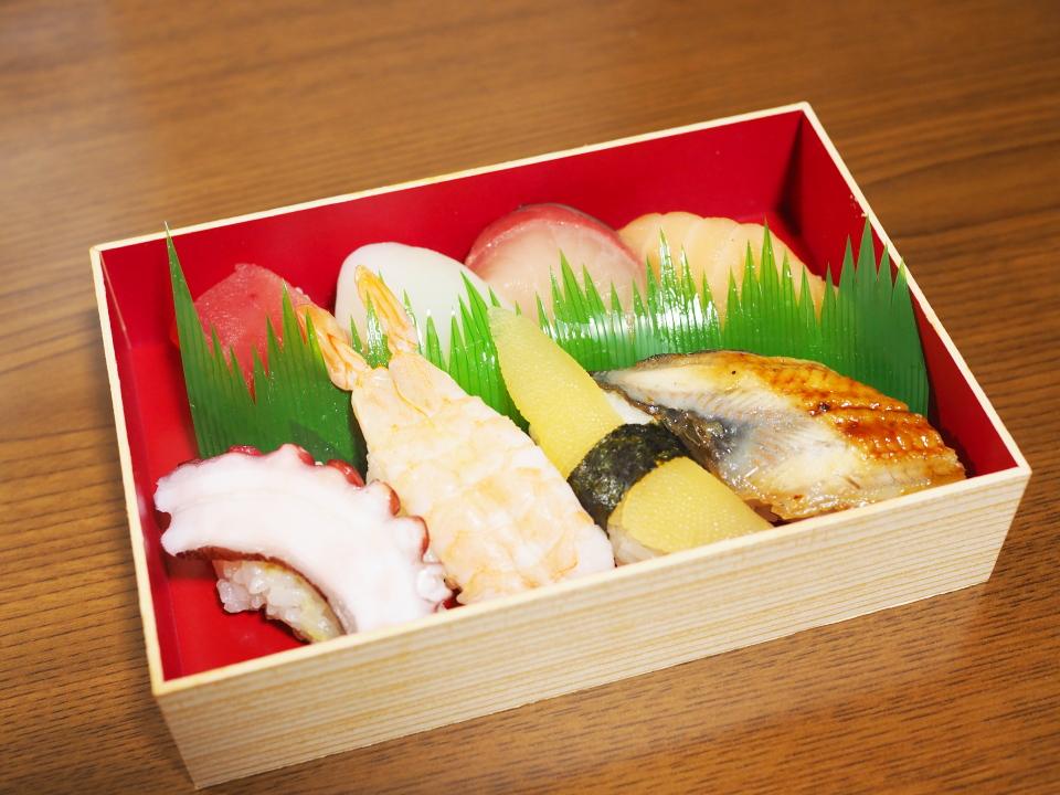 布施の回転ずし・元禄寿司の一合折にぎり