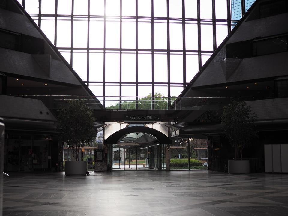 上島珈琲店・OBP店のテラス席から見えるツイン21MIDタワー