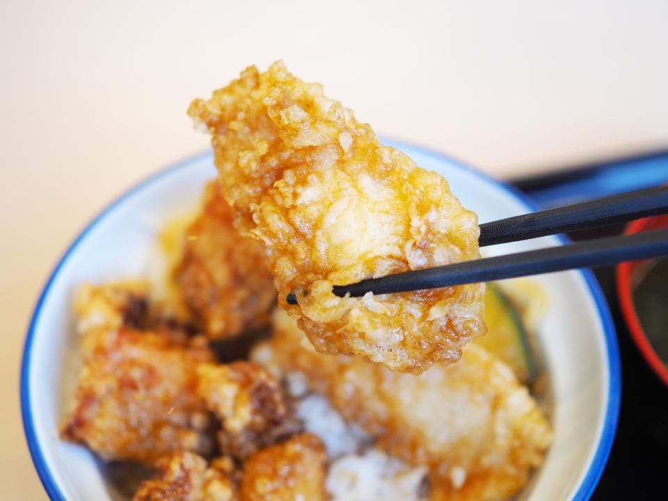天丼・天ぷら本舗・さん天の鶏唐×鶏天丼のとり天