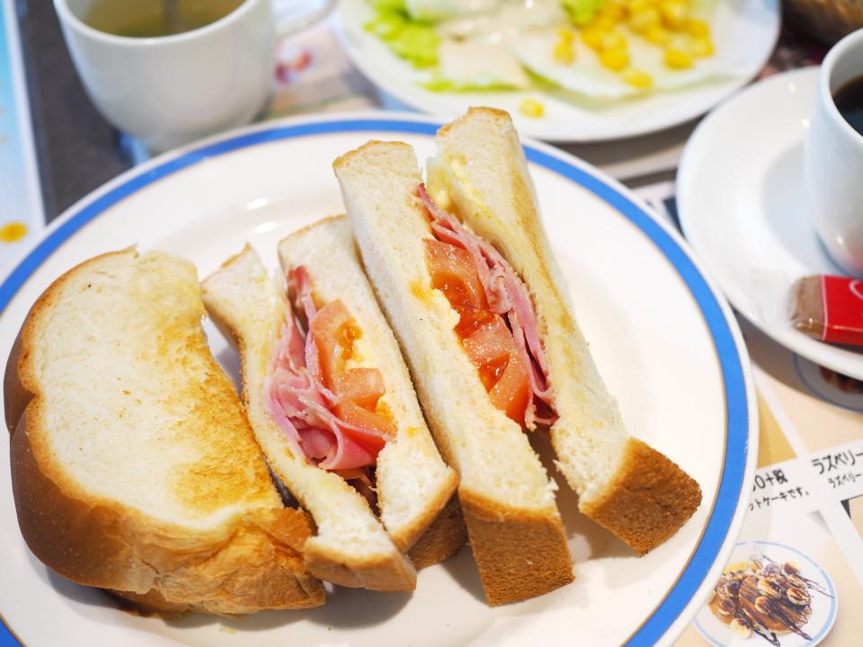 おしゃれ木のサンドウィッチセットにはグリルチキンやベーコンエッグ、ハンバーグなどもあり