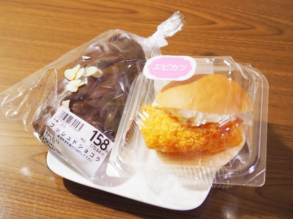 小麦の郷・ライフ巽店のブッシュドショコラ、海老かつバーガー(キャベツ入り)