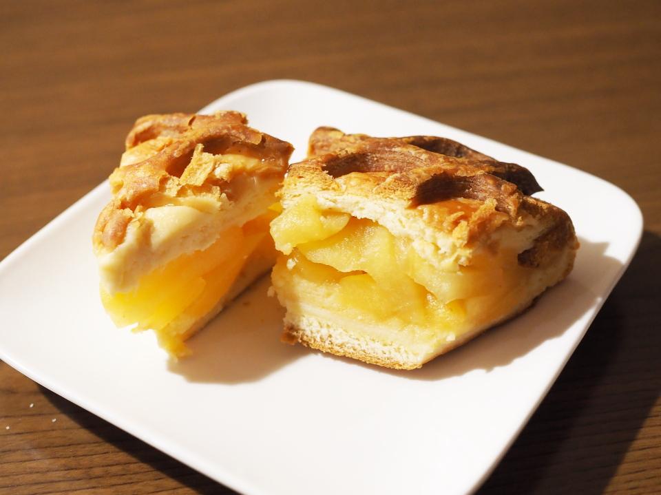 鳴門屋製パンのアップルパイは香ばしい生地に、ふんわりケーキスポンジ