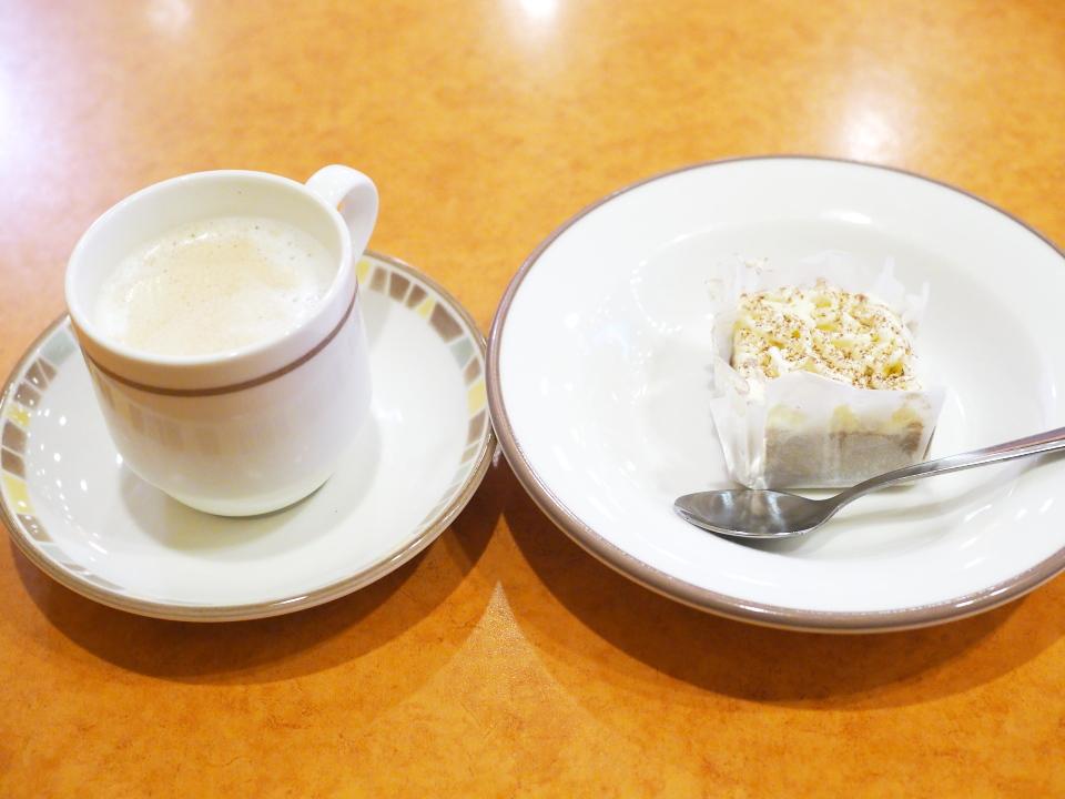 サイゼリヤのドリンクバー(カプチーノ)とカプチーノ・アイスケーキ