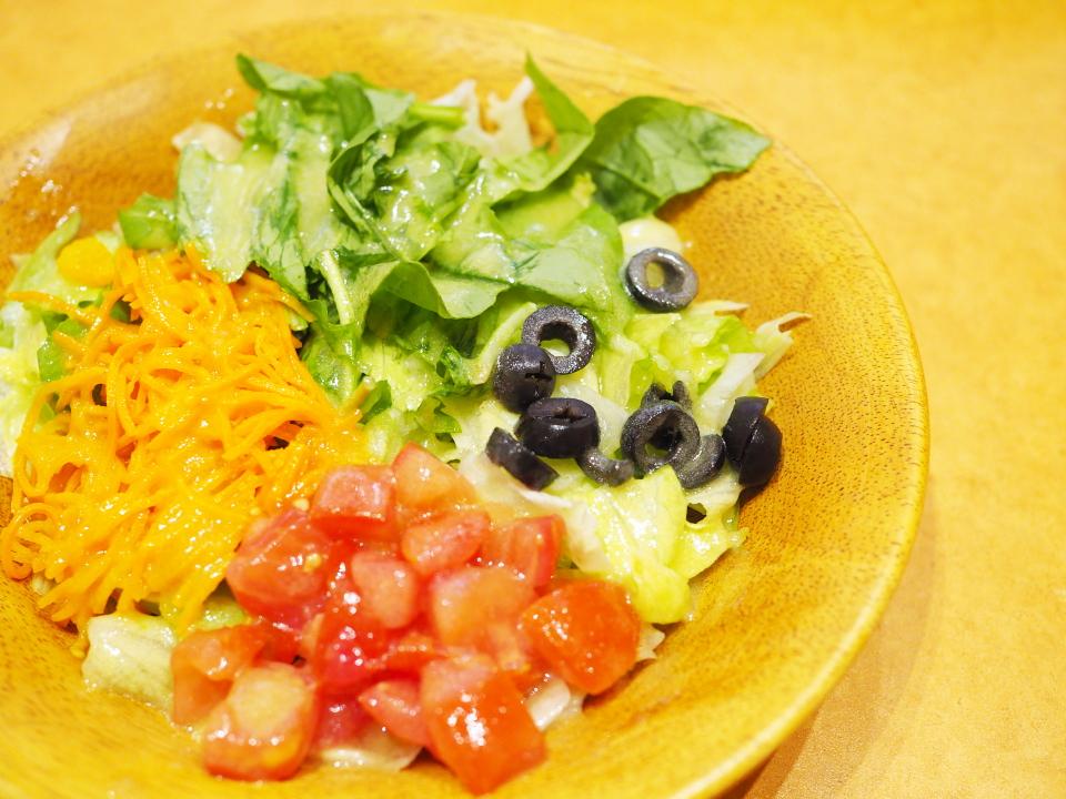 ルーコラ、オリーブ、季節の野菜をトッピングのサイゼリヤのガーデンサラダ