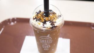 ケンタッキーのクラッシャーズ・クラシックショコラは、チョコ入りクッキー、チョコシロップをとトッピング
