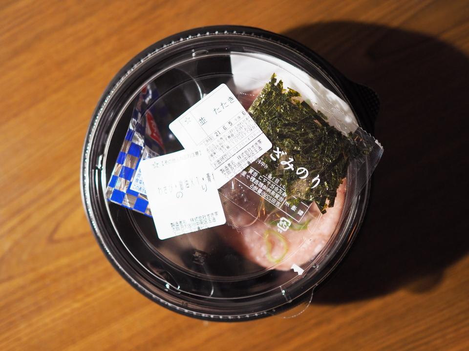すき家ではまぐろユッケ丼やオニオンサーモン丼などの海鮮丼が人気