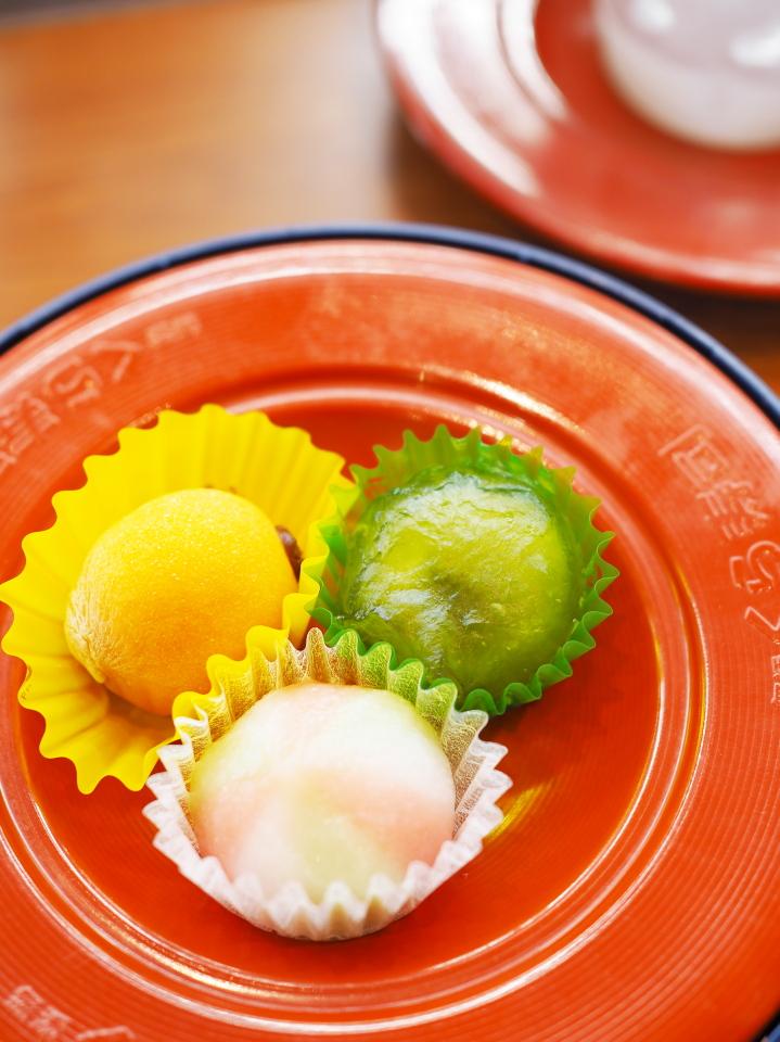 くら寿司の季節の和菓子はあんこ入りの枇杷の和菓子、抹茶餡入り水まんじゅう、小毬