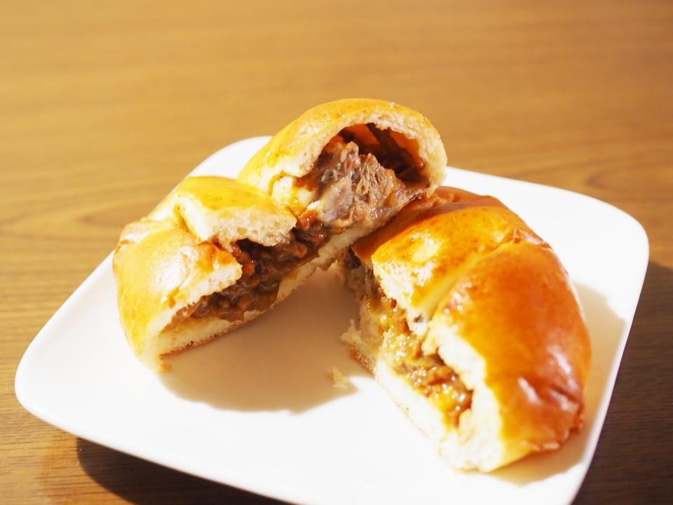 ルーブルベーカリーショップのすじ肉入り肉味噌パンは、角煮が入っている