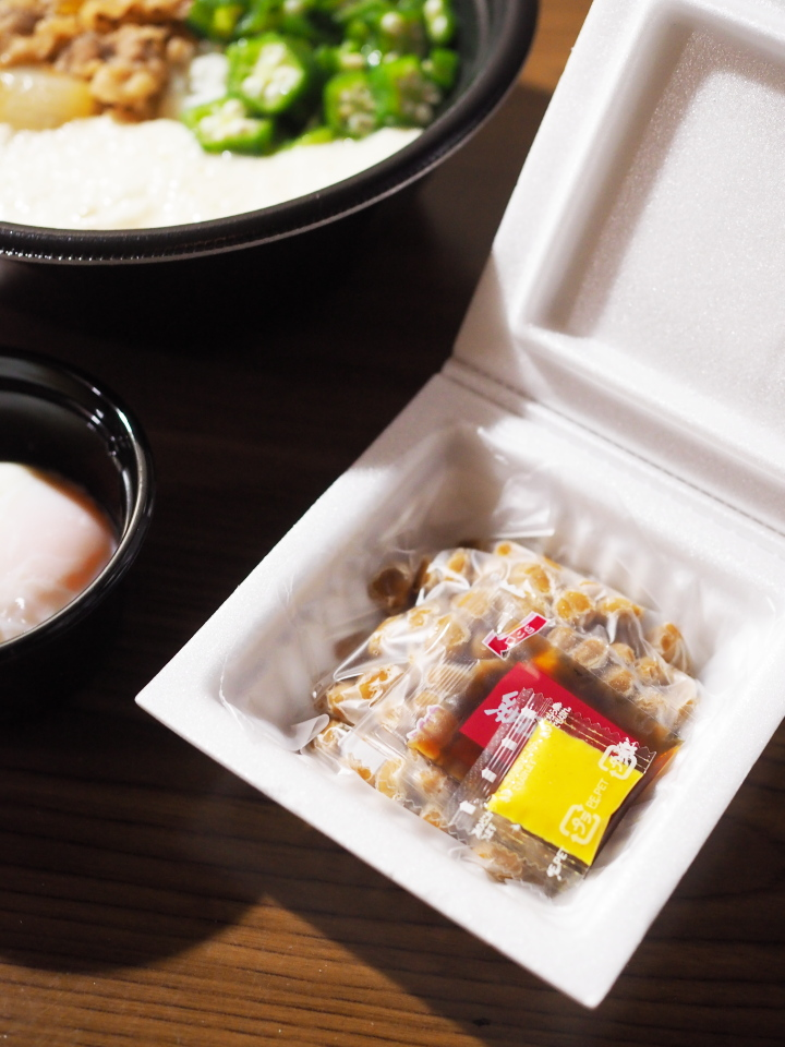 吉野家のネバとろ牛丼には別添で納豆とタレがついてくる