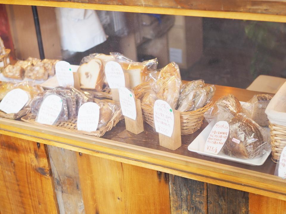 今里のスクジェムはほうじ茶のバターフランスとか、シンプル食パンも販売
