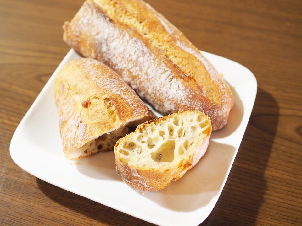 スクジェムのミニフランスはヨーグルト酵母。種に乳とハチミツを使用