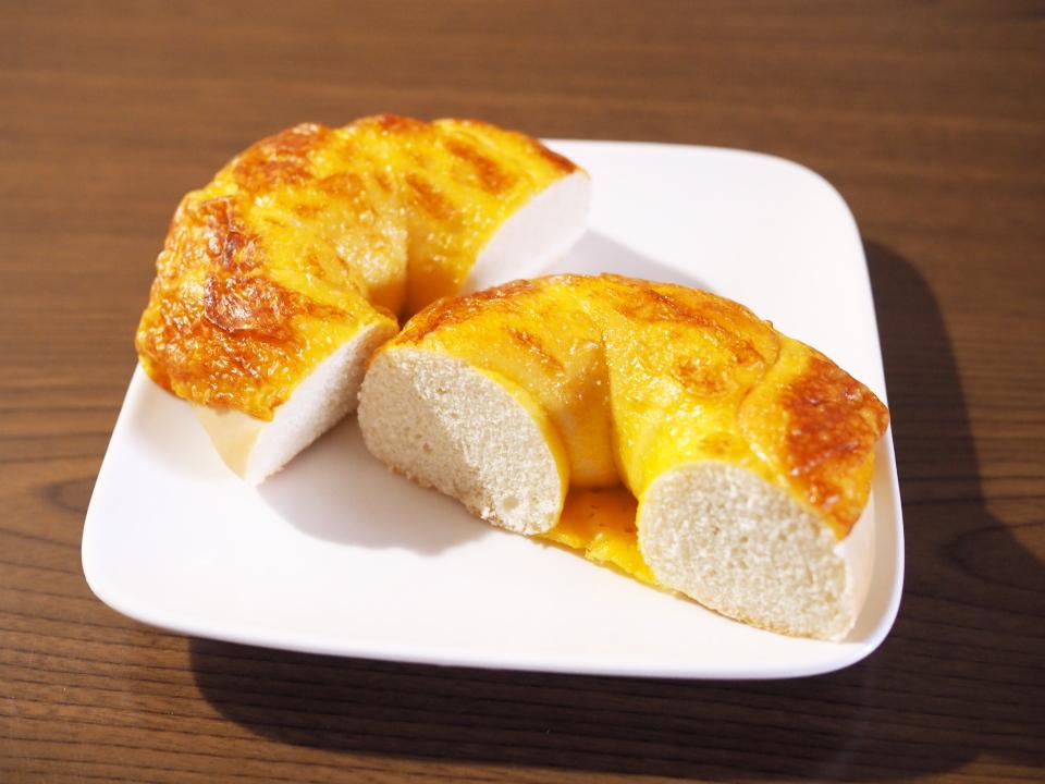 ルコラは鹿児島県奄美大島の素焚糖(すだきとう)の砂糖、天草産の塩を使用のベーグル
