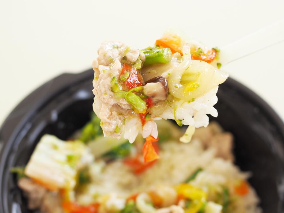 サトマルシェ八宝菜丼は豚肉、野菜は玉ねぎ、パプリカ、白菜、ブロッコリー、さやいんげん、干しシイタケ