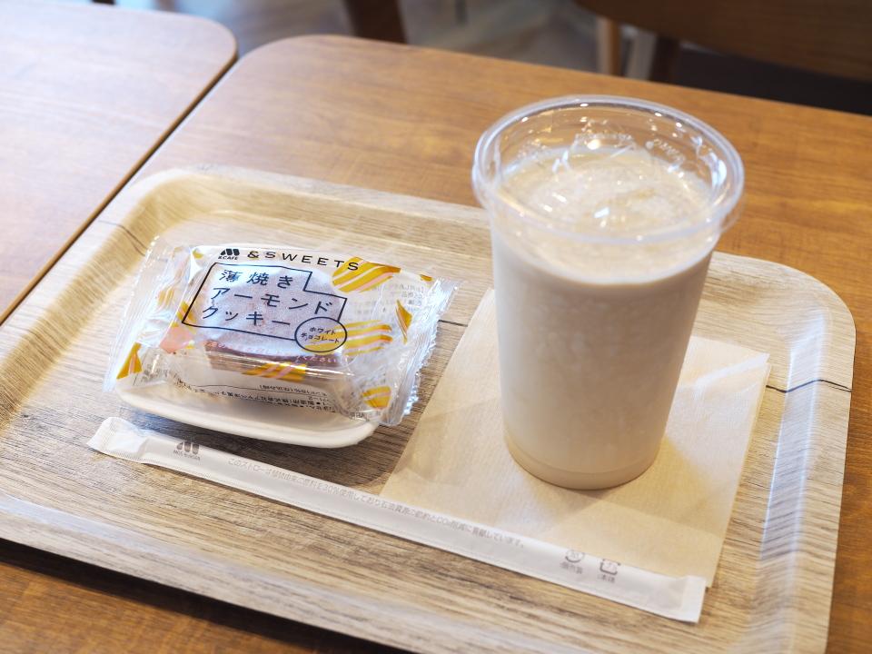 薄焼きアーモンドクッキー・ホワイトチョコレートとモスシェイクコーヒー