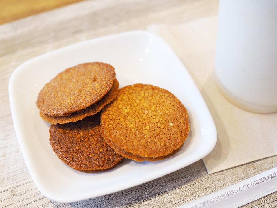 モスバーガーの薄焼きアーモンドクッキー・ホワイトチョコレートは冷凍で