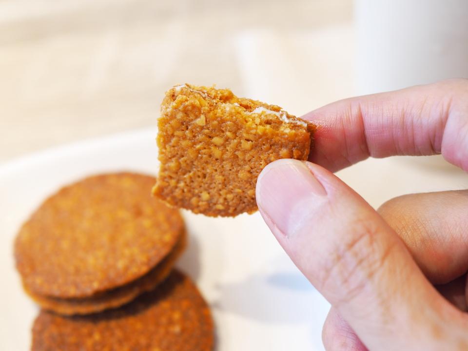 モスカフェの薄焼きアーモンドクッキーは3枚入りで、個包装