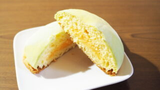 メロンとミルクで仕上げたメロンクリームが入っている富良野メロンパン