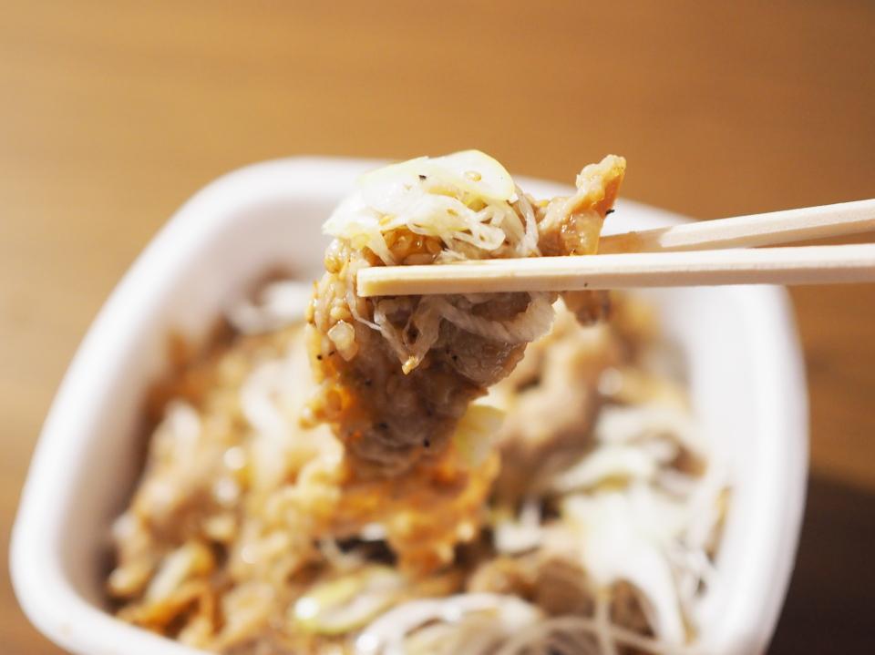ねぎ塩牛カルビ丼の他、牛カルビ丼も大判の肉を使用