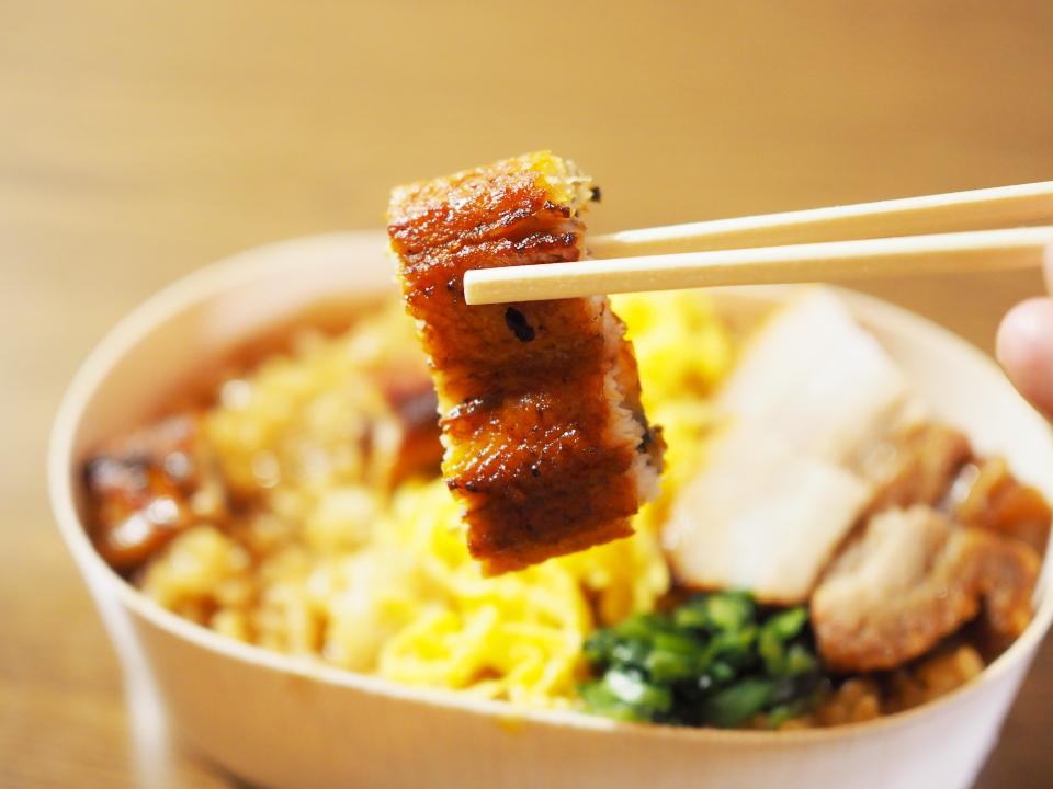 豚バラあぶり焼うなぎ錦糸丼の鰻は国産